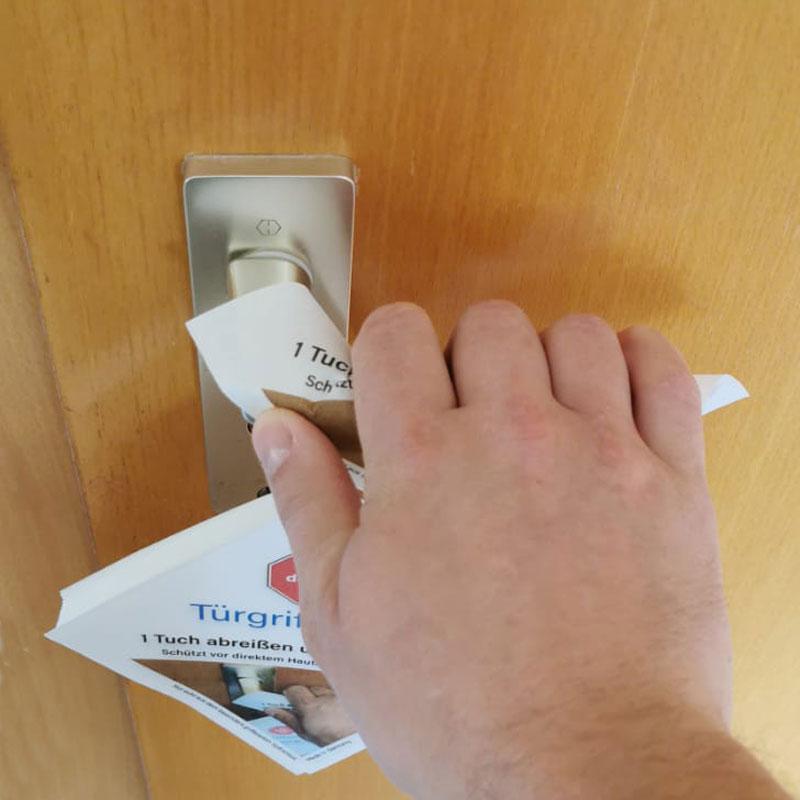 Mit dem SoftAirlaid-Tuch öffnet er die Tür